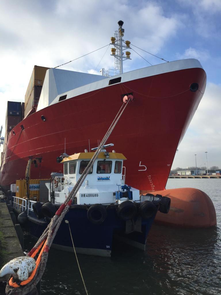 Hydrex workboat next to ship in Rotterdam
